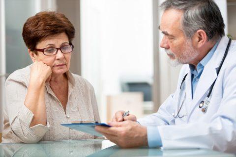 Чаще всего аутоиммунного тиреодит диагностируется у женщин старше 60 лет, но его первые симптомы могут возникнуть и детском возрасте