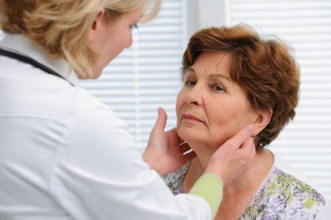 Часто зоб можно обнаружить не только во время врачебного осмотра, но и при самообследовании