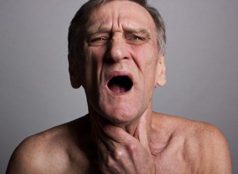 Чувство тяжести в груди и проблемы с дыханием возникают при достижении размеров опухоли больших размеров