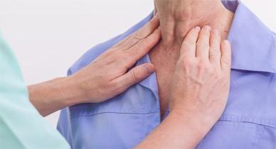 Руки врача быстро определяют проблему.