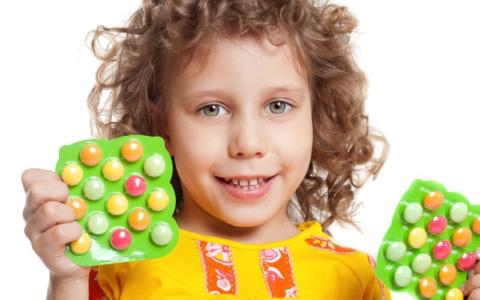 Малыши с удовольствием едят яркие и сладкие витамины