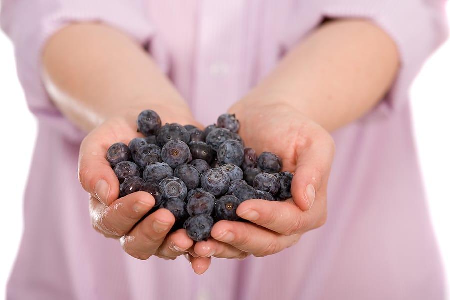 Содержится йод и во многих ягодах, например, чернике