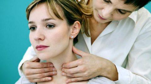 Фото пальпации щитовидной железы.