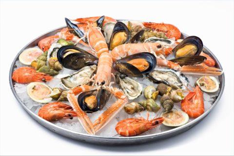 На фото – морепродукты – основные пищевые источники йода для человека