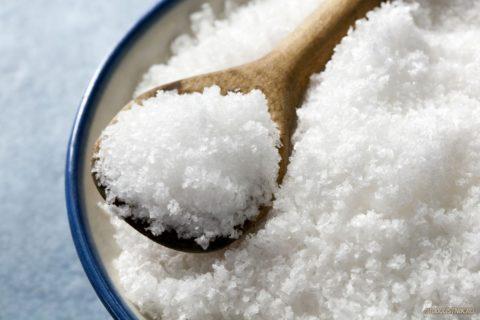 На фото – йодированная соль. Цена ее почти не отличается от обычной