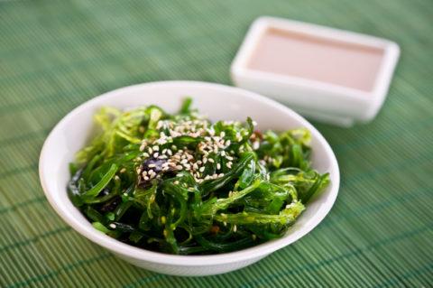 Салат из морской капусты обеспечит человека необходимым количеством йода