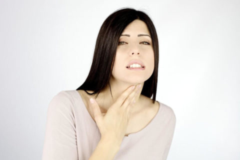 Увеличение щитовидки может сопровождаться чувством сдавления, кома в горле