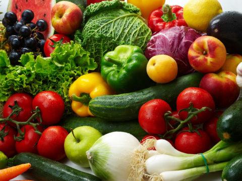 В летний сезон цена овощей и фруктов совсем небольшая, а польза - огромная