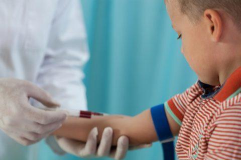 Забор крови из локтевой вены у ребенка