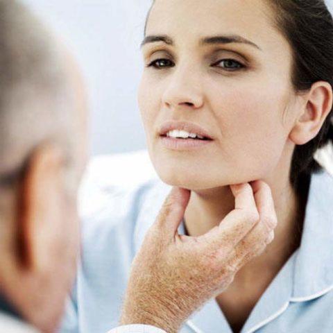 Определяют увеличение щитовидной железы при помощи пальпации на приеме у эндокринолога