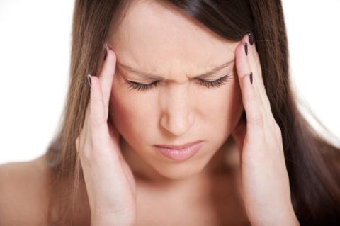 Выраженная головная боль является одним из симптомов нарушения работы щитовидной железы