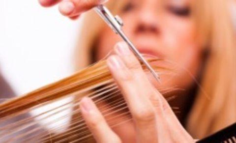 Человек теряет кальций различными способами, в том числе и во время стрижки волос