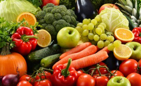 Фрукты и овощи, представленные на фото, как натуральные источники витаминов.