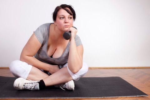 Не устраняемый лишний вес как симптом гипотиреоза.