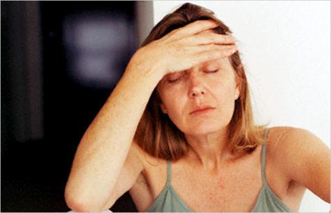 Постоянная усталость и головные боли как симптом гипотиреоза.