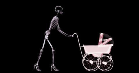 Радиоактивное облучение в детстве провоцирует кистообразование, на фото — сканирование в аэропорту, где тоже используются радиоактивные элементы