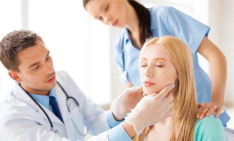 Врач-эндокринолог осматривает пациентку.