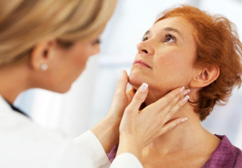 Пальпация щитовидной железы во время обследования у эндокринолога.