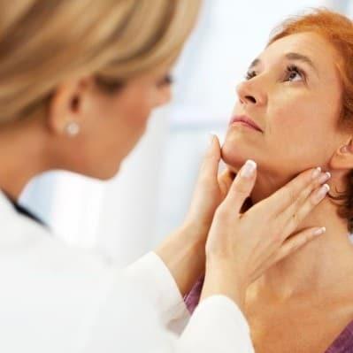 При диагностировании токсического зоба, пациентам необходимо регулярно ходить на приём к эндокринологу за контролем роста новообразования.