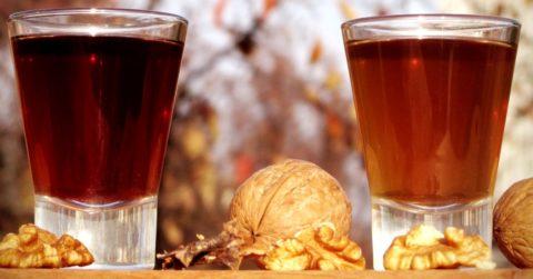 Приём настойки можно принимать в комплексе с употреблением двух молодых орехов в сезон их созревания.