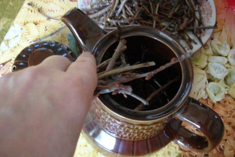 Приготовление чайного напитка из сухих вишнёвых веток.