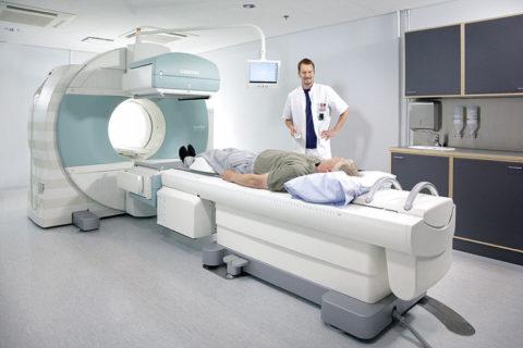 Проведение компьютерной томографии пациенту с заболеваниями щитовидной железы.