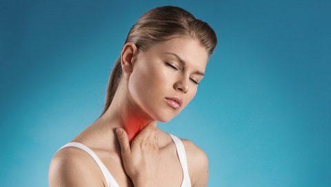 Боль в горле – один из симптомов образования узлов в щитовидной железе.