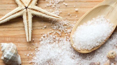 Морская соль может быть применена для приготовления лечебной повязки вместо поваренной