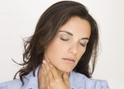 Начальная симптоматика заболевания проявляется в болезненном ощущении в области органа.
