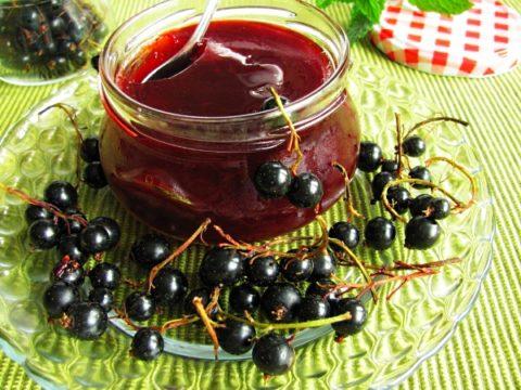 Напиток из шиповника и черной смородины