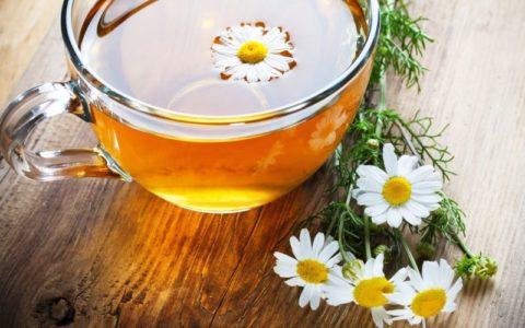 Настой ромашки и зверобоя приятен на вкус и может заменить чай
