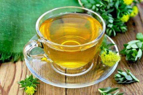 Широко зарекомендовали себя народные рецепты с использование трав, орехов, мёда, из которых готовят натуральные спиртовые настойки и сиропы.