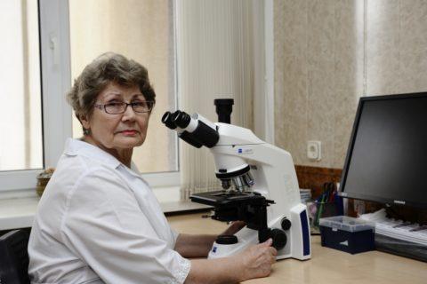Опытный цитолог безошибочно интерпретирует результаты биопсии