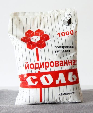 При эндемическом зобе восполнить дефицит йода можно йодированной солью, добавляя её в пищу для улучшения вкуса.