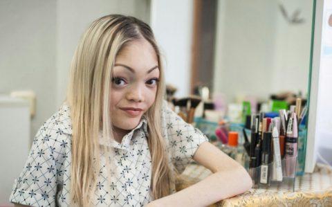 Болеющая синдромом Олбрайта русская девушка - блогер успешно реализует себя в сфере макияжа.