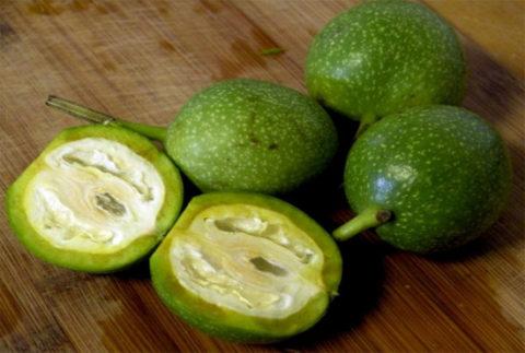 Зеленые грецкие орехи пригодные для приготовления лекарственных препаратов