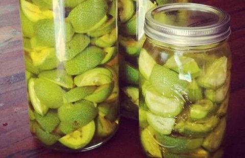 Зеленые грецкие орехи залитые водкой